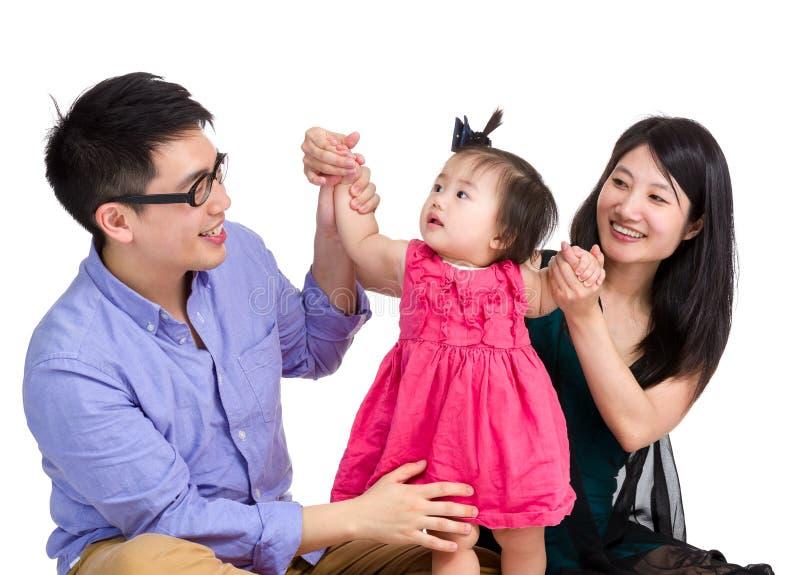 与小女儿的亚洲父母戏剧 库存照片