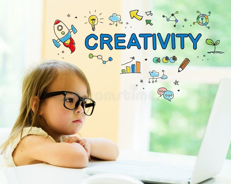 与小女孩的创造性文本 免版税图库摄影
