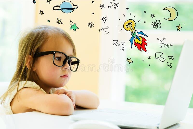 与小女孩的想法火箭队 免版税库存照片