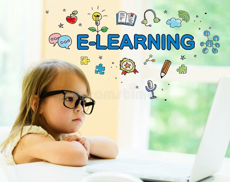 与小女孩的电子教学文本 免版税库存照片