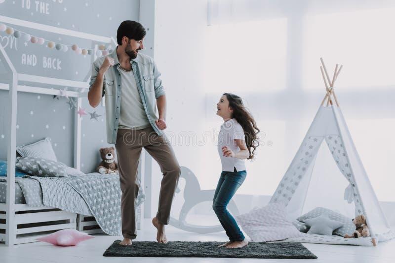 与小女孩的英俊的年轻父亲跳舞 图库摄影