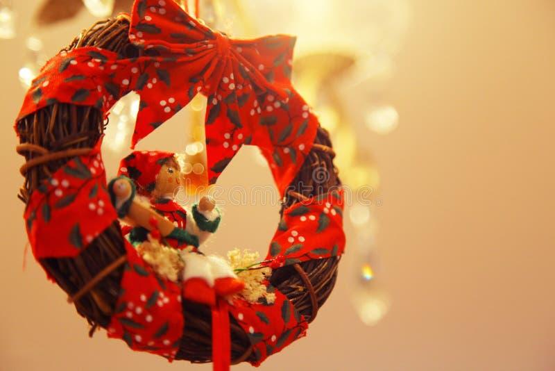 与小妇女形象的圣诞节花圈 免版税库存图片