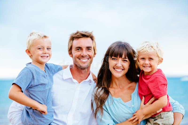 与小孩的愉快的家庭 库存图片