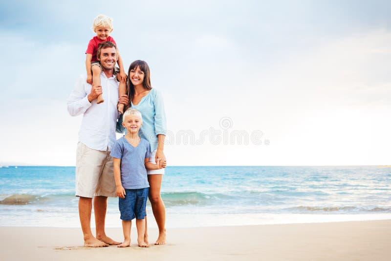 与小孩的愉快的家庭 免版税库存图片