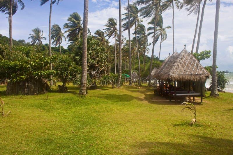 与小屋的热带海滩 图库摄影