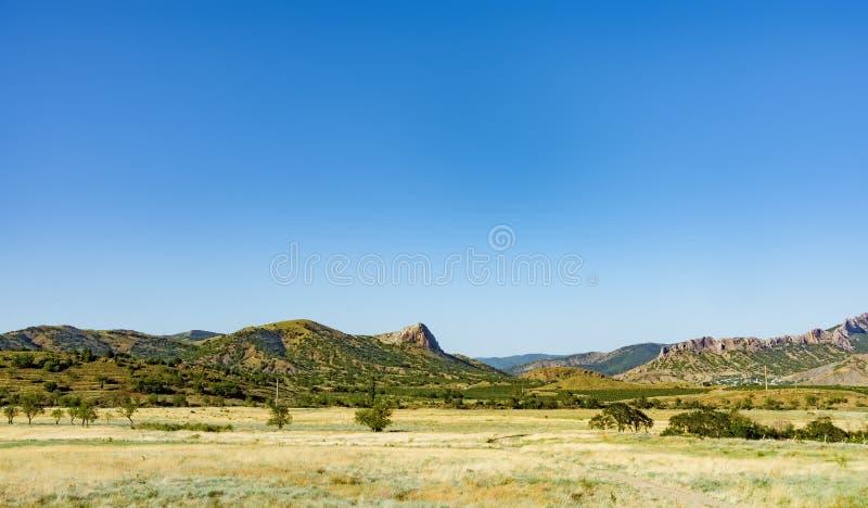 与小山和岩石,克里米亚的夏天风景 免版税库存图片