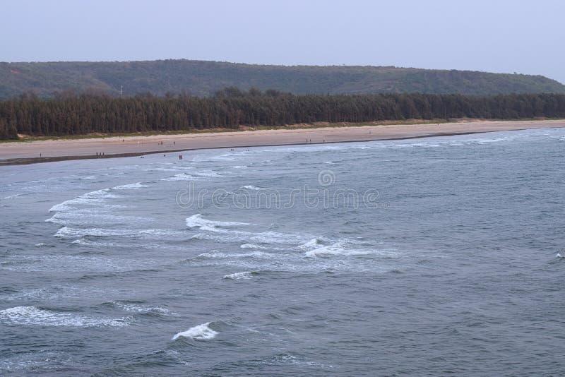 与小山的平静的松弛海滩- Aare商品海滩, Ganpatipule,马哈拉施特拉,印度 免版税库存图片