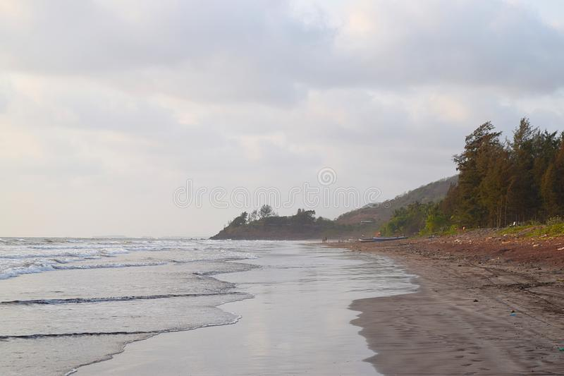 与小山的平静的海滩- Ladghar海滩, Konkan,拉特纳吉里,印度 免版税库存照片