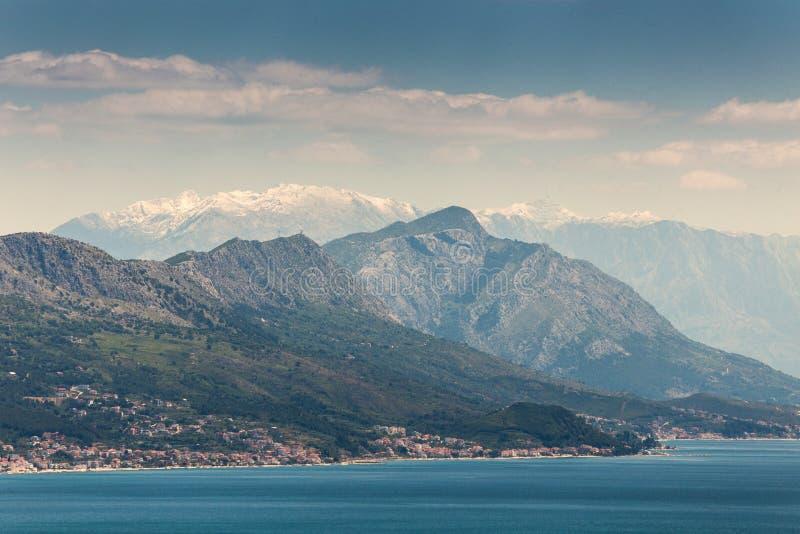 与小山的海滨在克罗地亚分裂 免版税库存照片
