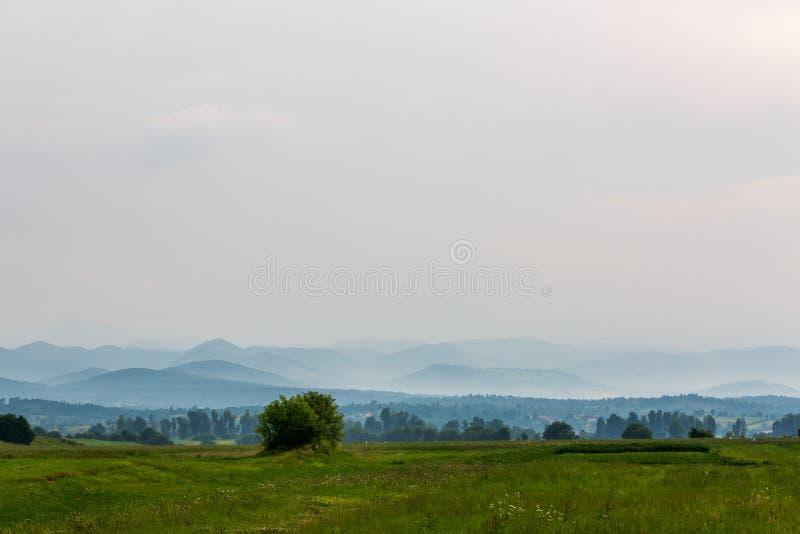 与小山的美好的风景 免版税库存照片