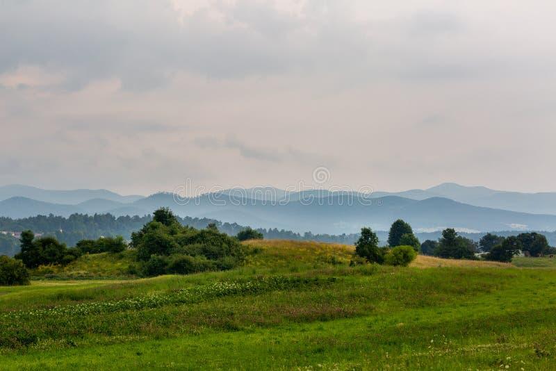 与小山的美好的风景 库存图片