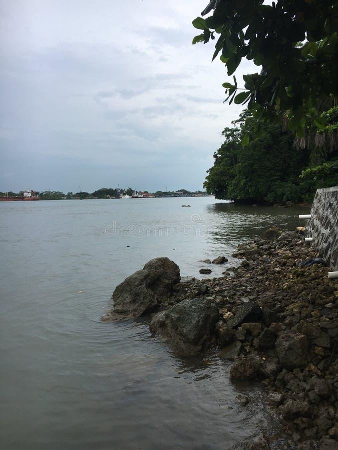 与小岩石的湖视图 免版税库存图片