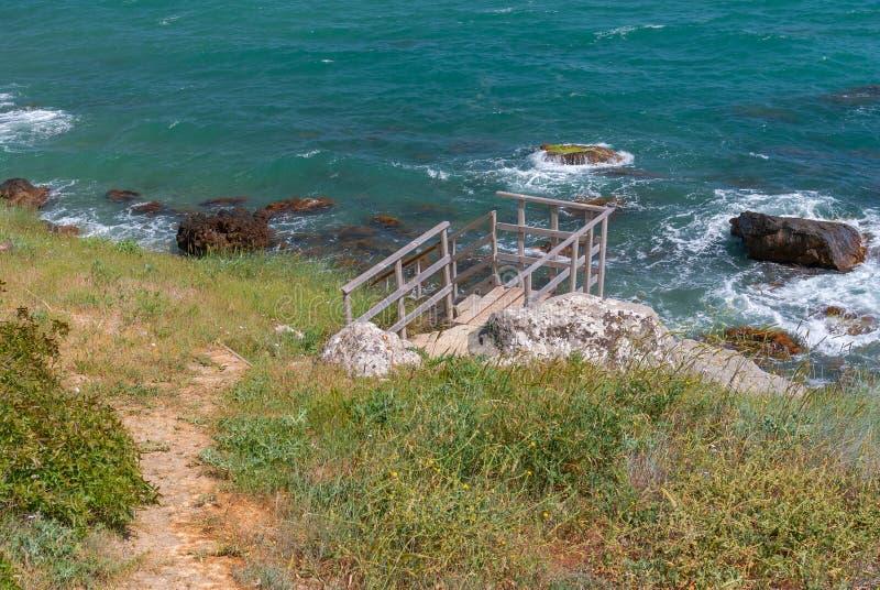 与小径的黑海风景对狂放的海滩 图库摄影