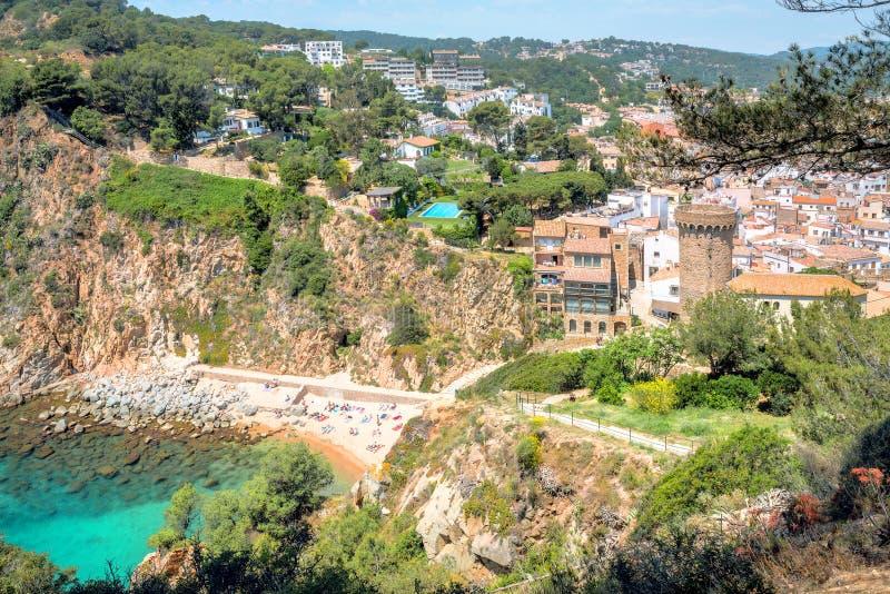 与小托萨德马尔镇海滩和看法的风景  肋前缘Brava,卡塔龙尼亚,西班牙 图库摄影