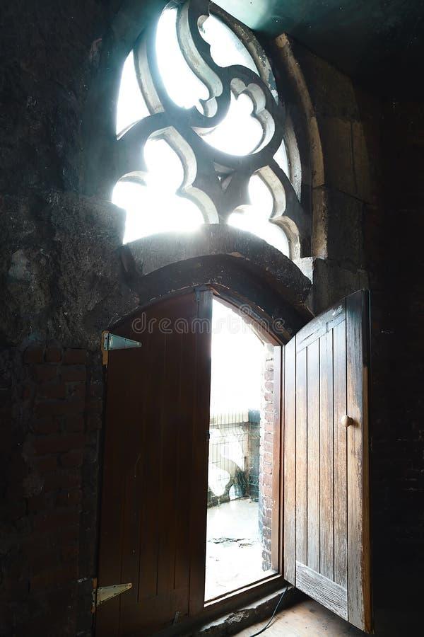 与小把柄的老木门在红砖墙壁背景,葡萄酒窗口,光,门户开放主义与两部分 免版税图库摄影