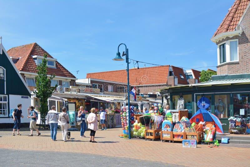 与小旅游商店的普遍的市中心在海岛特塞尔上的De Koog在荷兰拥挤与太阳的许多访客 免版税库存图片