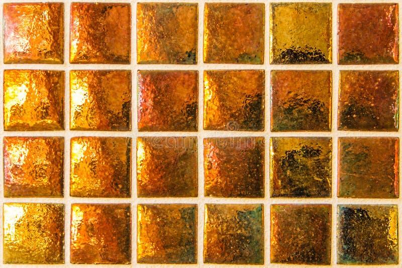与小正方形的现代橙色马赛克 免版税库存照片