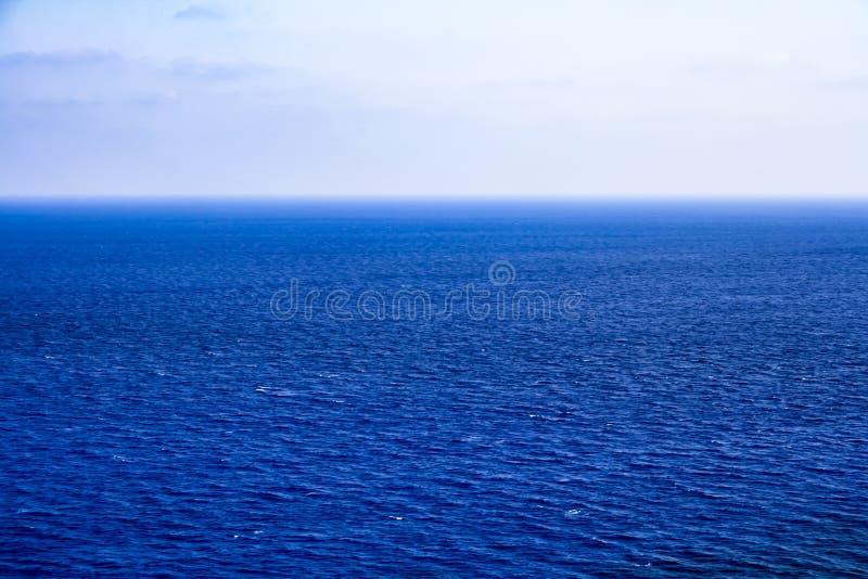 与小波浪的美好的海风景 免版税库存照片