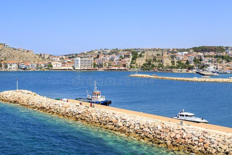 与小游艇船坞区域的Cesme城堡与码头在Cesme, Ä°zmir 免版税库存照片