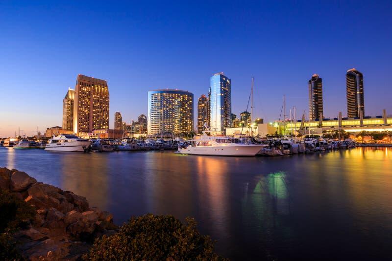 与小游艇船坞海湾的城市视图在圣地亚哥,加利福尼亚 免版税库存图片