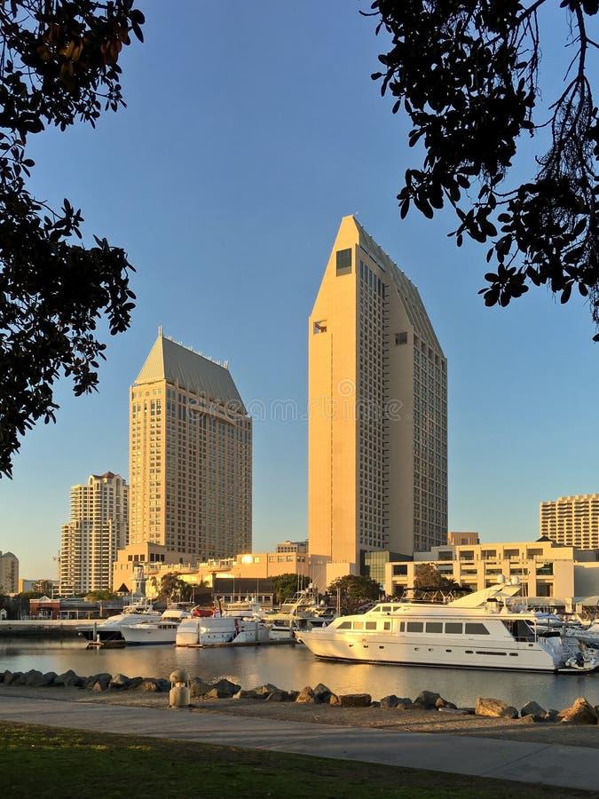 与小游艇船坞,圣地亚哥,加利福尼亚,美国的街市城市地平线 库存图片