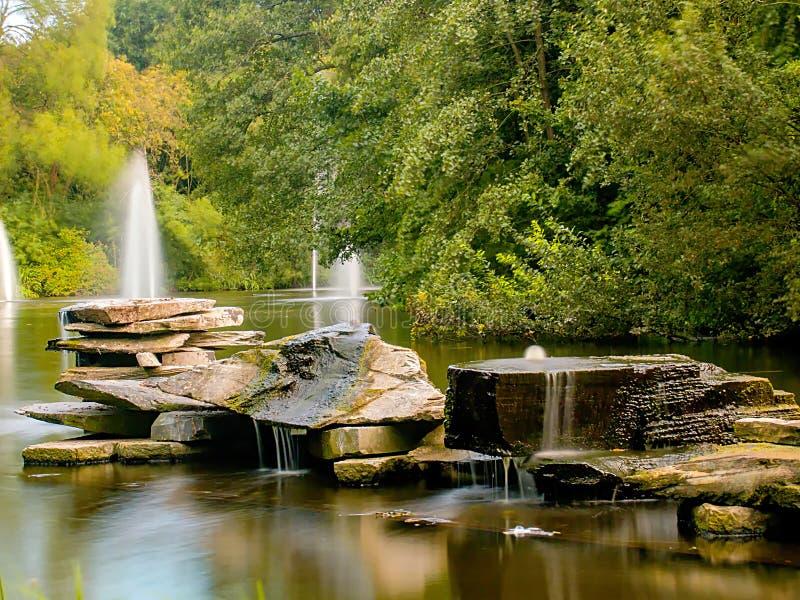 与小瀑布的岩石 库存图片