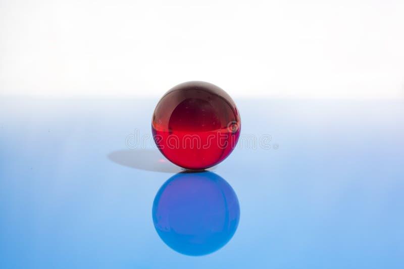 与小玻璃球的抽象照片在透明背景 免版税图库摄影