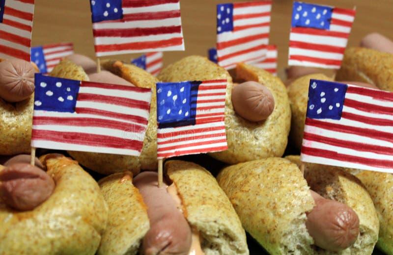 与小美国国旗的美国热狗关闭计划、小圆面包和香肠 库存照片