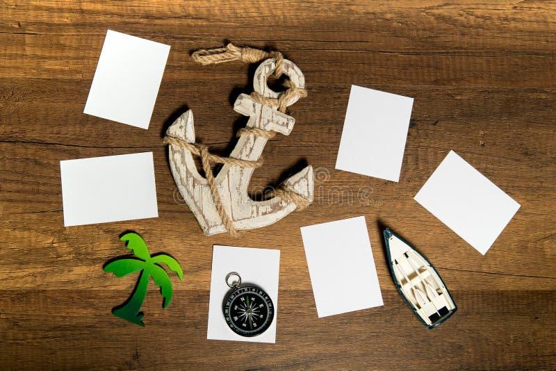 与小船、船锚、棕榈树和指南针装饰的白纸板料 库存照片