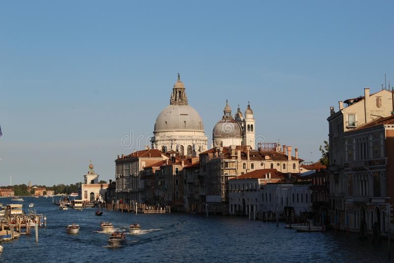 与小船和大教堂二圣玛丽亚della的威尼斯chanels向致敬 免版税库存图片