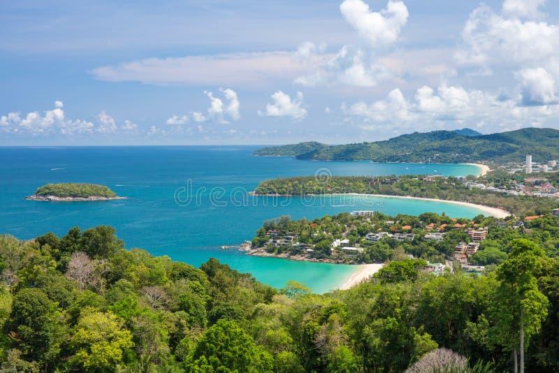 与小船和海岸线的美丽的绿松石海浪从高观点 Kata和Karon海滩 免版税库存照片