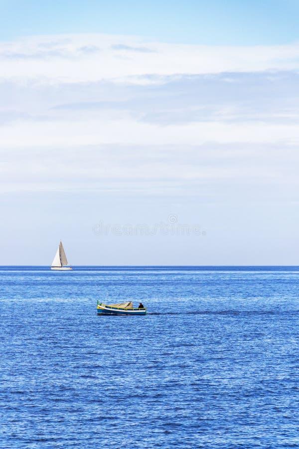 与小船的地中海视图在马耳他 免版税图库摄影