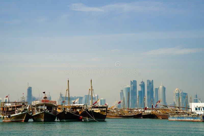与小船的多哈口岸和在距离的城市地平线 免版税图库摄影