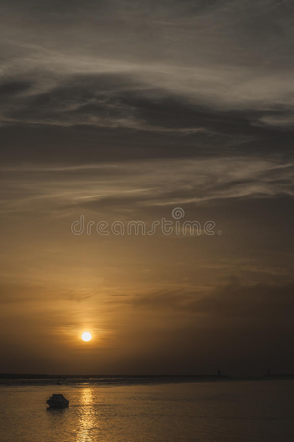 与小船的日落在波尔图 免版税库存图片