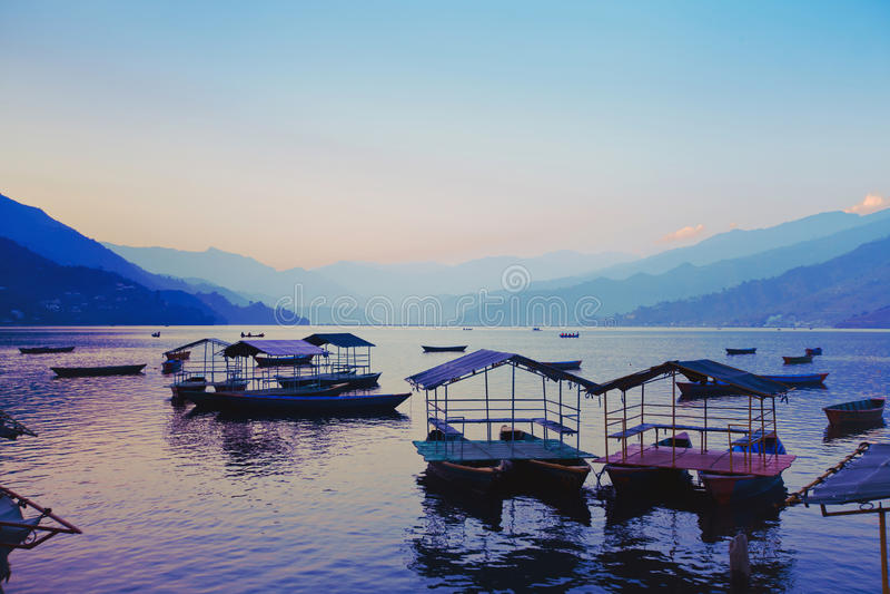 与小船的日落风景 免版税库存照片
