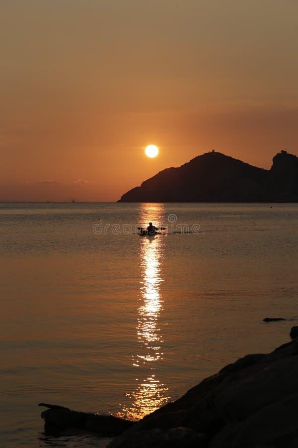 与小船的日落 免版税图库摄影