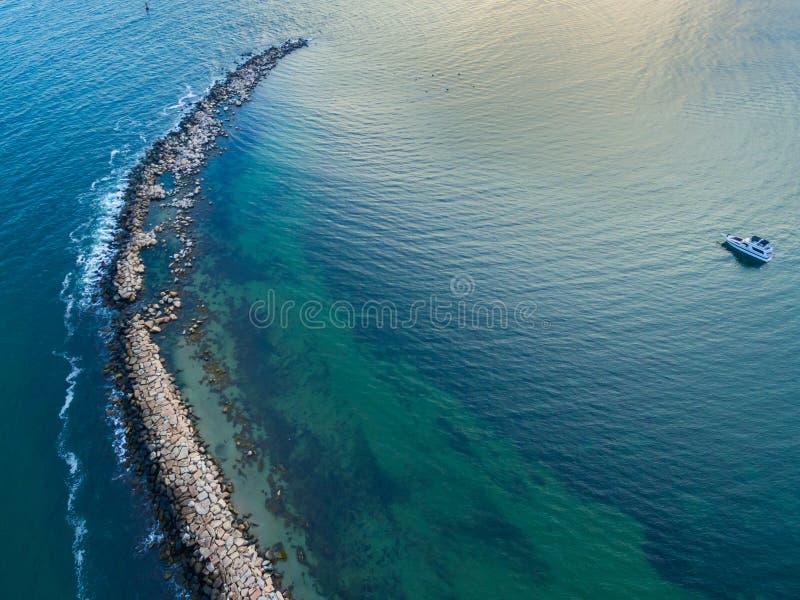 与小船的海洋半岛视线内 免版税库存照片