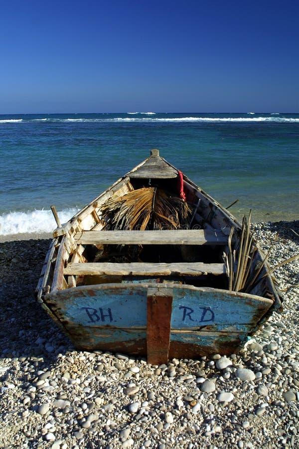 与小船的热带海滩 免版税库存图片