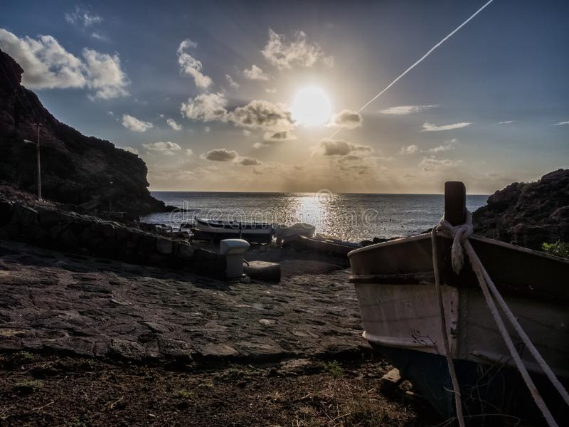 与小船的美好的日出在pantelleria,意大利海岛上  免版税库存照片