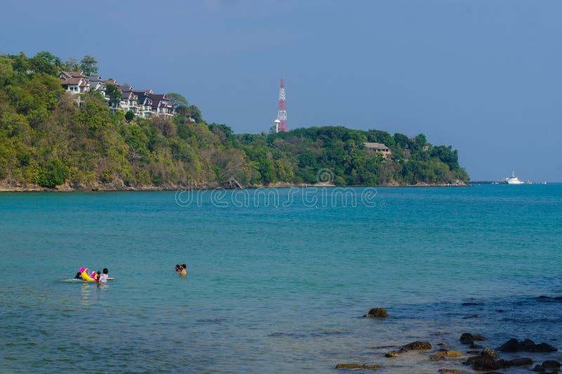 与小船的美好的风景seaview在Laem Panwa海角著名吸引力海滩在普吉岛海岛,泰国 免版税图库摄影