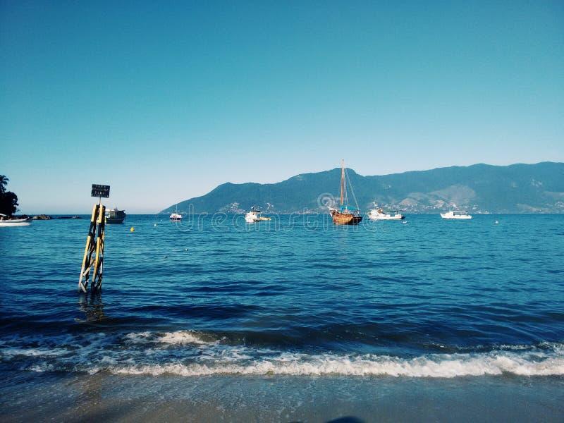 与小船的蓝色海岸在巴西 免版税图库摄影