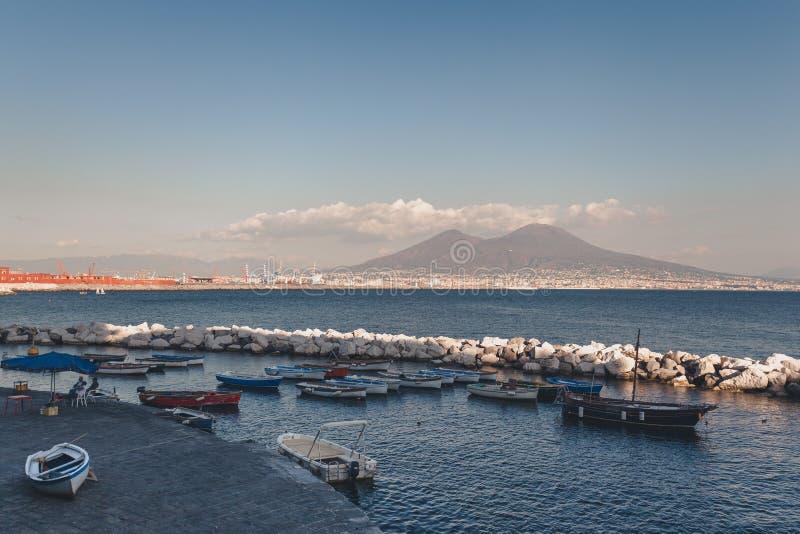 与小船的那不勒斯海湾在前景 图库摄影