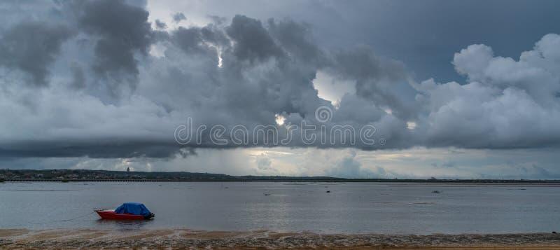 与小船的Benoa海湾巴厘岛 免版税库存照片