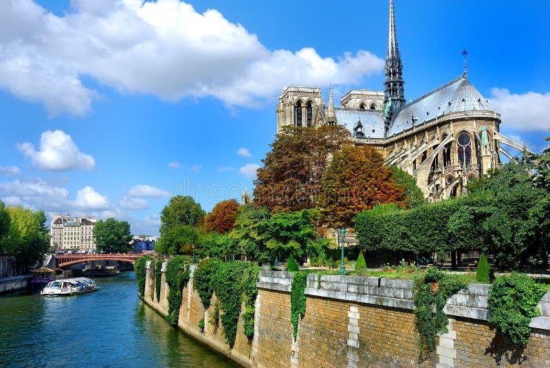 与小船的Notre Dame在塞纳河 免版税库存图片