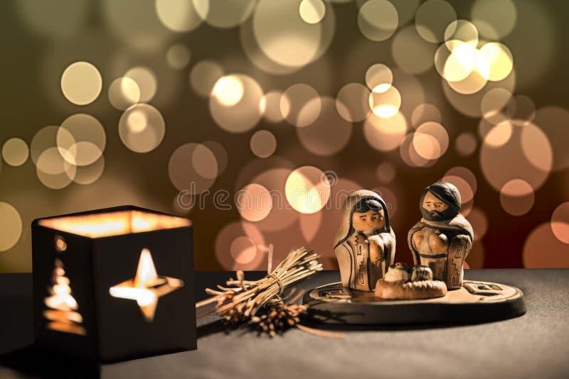 与小雕象的圣诞节场面包括耶稣、玛丽和约瑟夫 库存照片