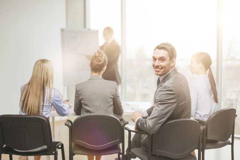 与小组的生意人在办公室 库存图片
