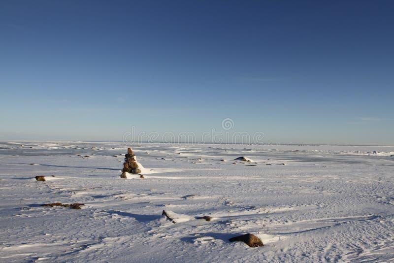 与小Inukshuk的冬天北极风景 免版税库存图片