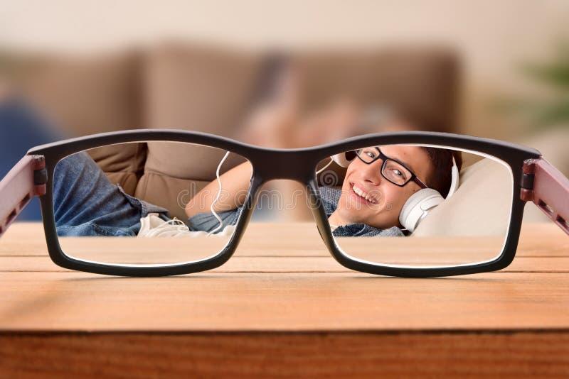 与少年的视觉概念戴愿意考虑说谎的眼镜 库存照片