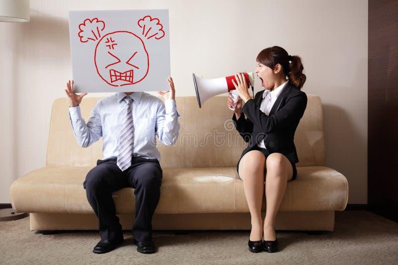 与尖叫的妇女的夫妇战斗 免版税库存照片