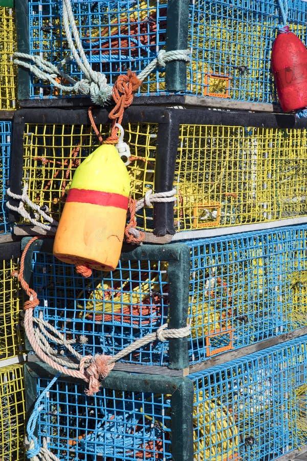与尼龙绳索和浮体的五颜六色的龙虾陷井 库存图片